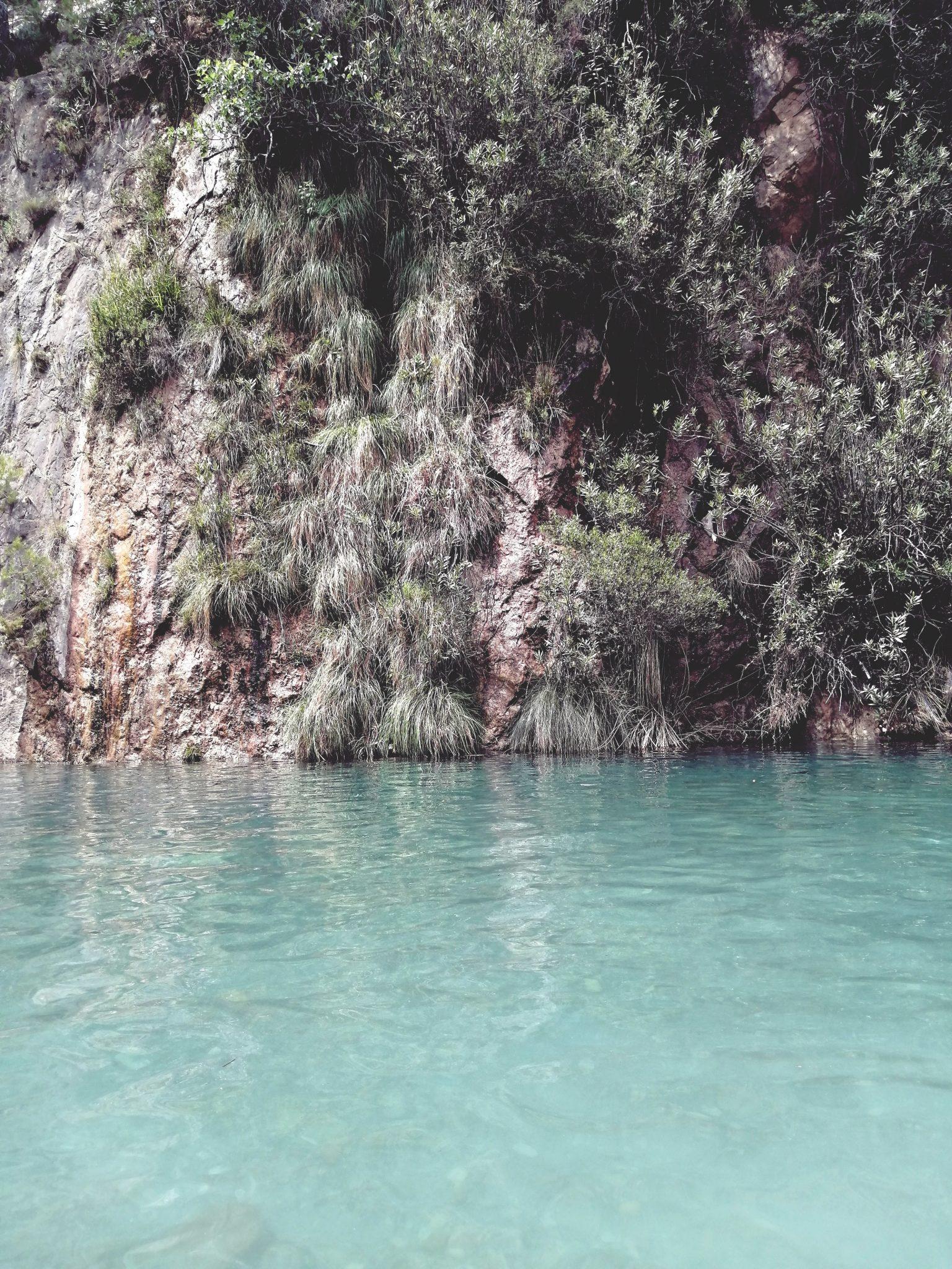 Plava laguna izvora termalnih voda montanejos