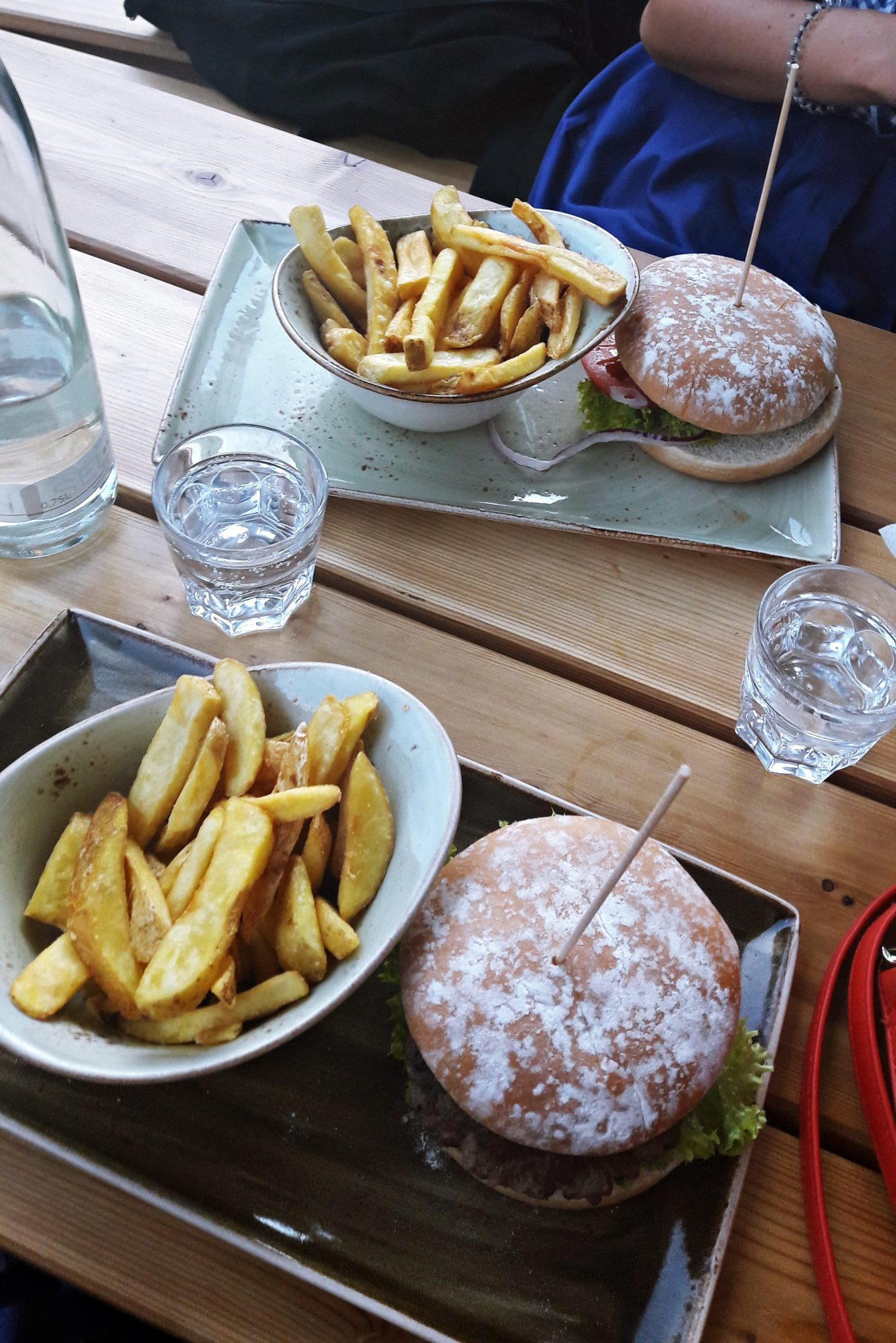 Hamburgeri i krumpirici travelina