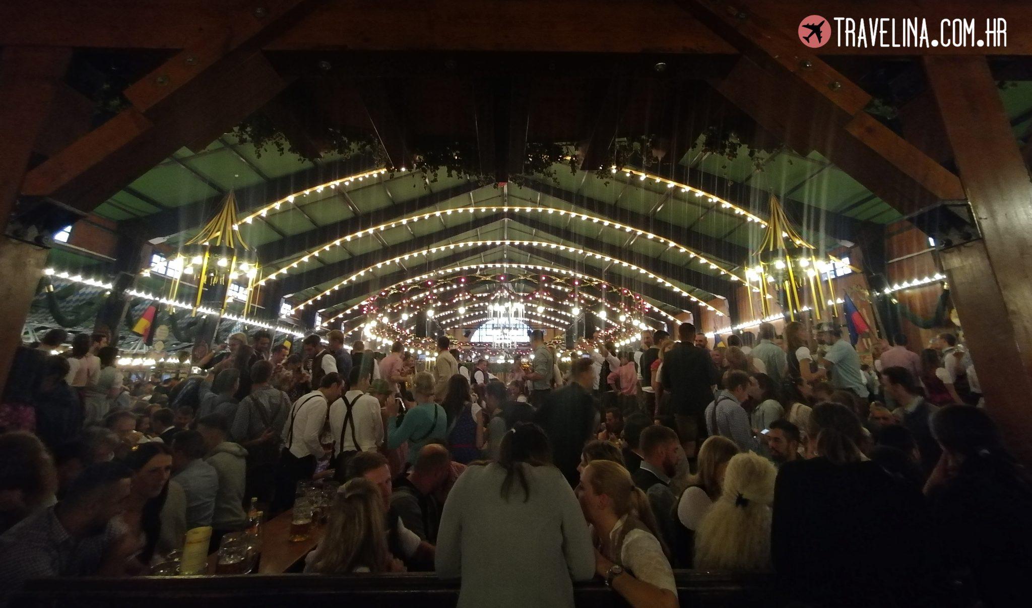 U šatoru na Oktoberfestu