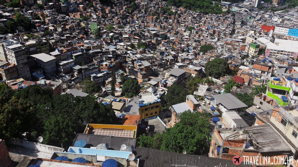 Pogled na favelu Rochinu sa vrha